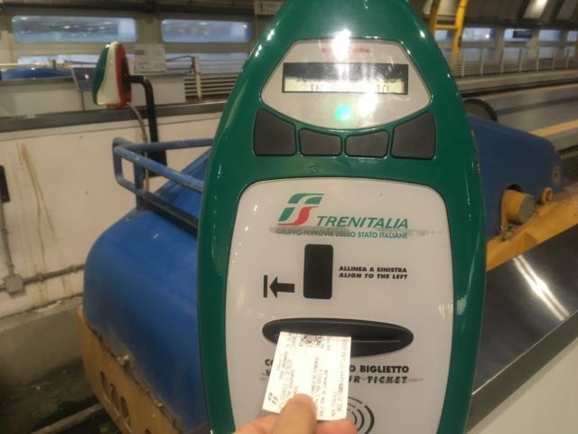 【写真】チケットを刻印機に通して刻印する。