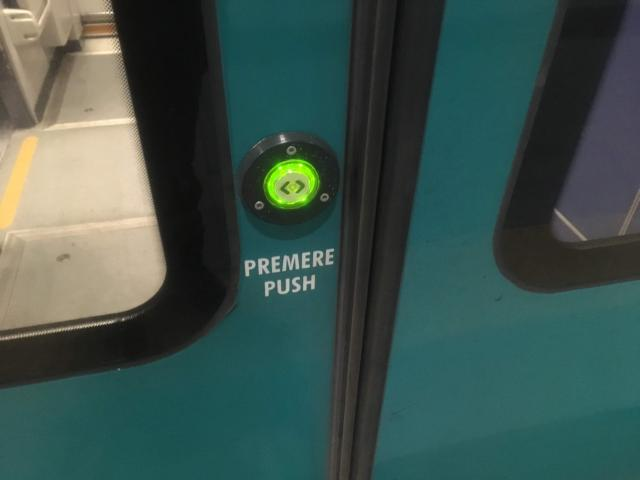 緑のボタンを押して扉を開ける