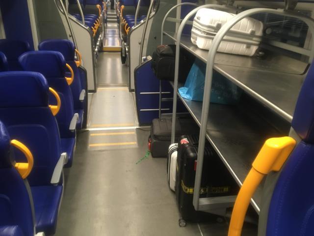 【写真】レオナルドエクスプレスは荷物を置くところがある
