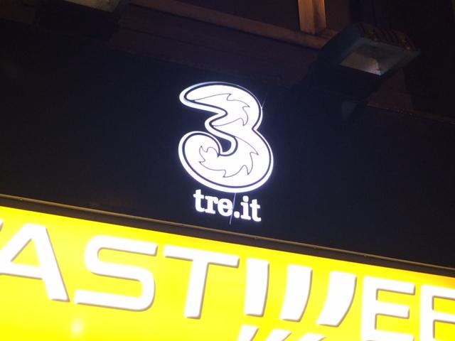 【写真】TREのマークは黒い背景に白い数字の3。