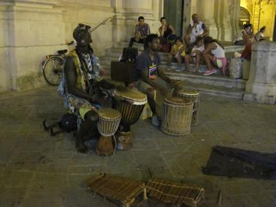 西アフリカの楽器ジャンベを奏でる演奏者。
