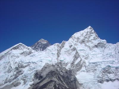 カラパタールからのエベレスト。中央の黒い山がエベレスト。