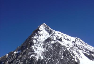 エベレスト最終アタックでは高低差約1000mを往復できる体力が必要。