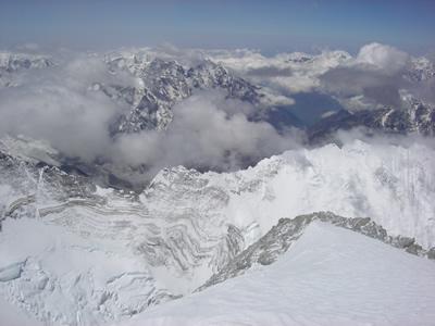 エベレスト登山は5300mのベースキャンプから始まるので高所順応が必要になってくる。
