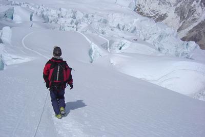 ノーマルルートからのエベレスト登山は雪原、雪斜面の歩行が多い。