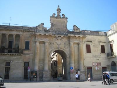 レッチェの旧市街南にあるサン・ビアッジョ門Porta San Biagio