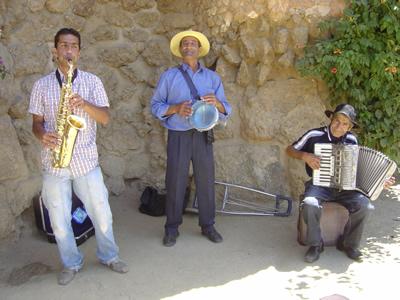 路上で楽器を演奏するのも現地でお金を稼げる一つの方法。