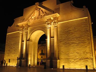レッチェ夜のライトアップされたナポリ門Porta Napol