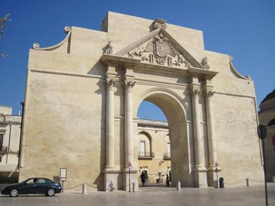 レッチェの北にそびえるナポリ門Porta Napoli。