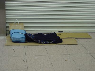 野宿では持ち物は枕に。