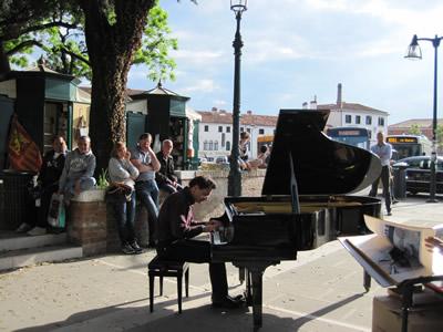 イタリアのベネチアで見た路上のグランドピアニスト