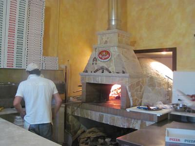 店内は狭いが本格的釜でピザを焼いてくれる。