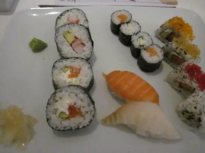 巻物にチーズが入っている、全く日本では見かけないタイプの寿司もある。