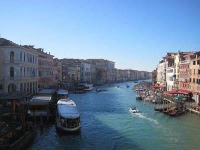 イタリア ベネチア リアルト橋からの景色。