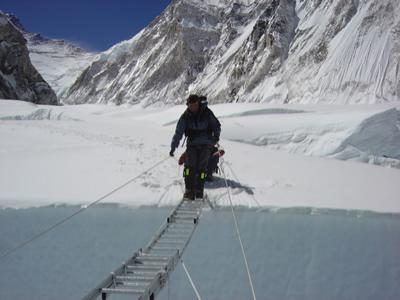 【写真】巨大クレバスにかかっているはしごを渡る。