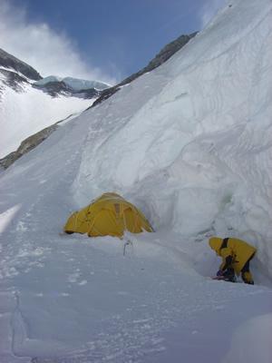 【写真】キャンプ3は雪棚を切り崩して設置。