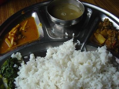 【写真】典型的なネパールの定食ダルバート。