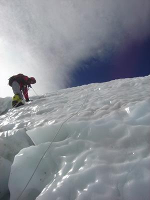 【写真】ツルツルの氷壁を登る時も怖い。