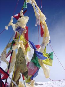 【写真】標高8848mエベレスト山頂にある旗群。