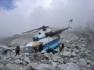 【写真】ベースキャンプ付近で墜落したヘリコプター