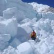 【写真】アイスフォール上部。上部に行くにしたがって氷塊が大きくなっているのが分かる。