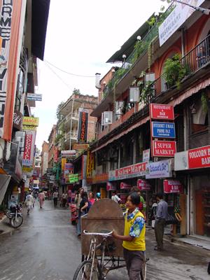 【写真】ネパール、旅行者が集まるタメル地区の街並み。