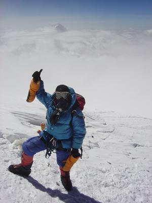 【写真】エベレスト登山では酸素ボンベを使用する。