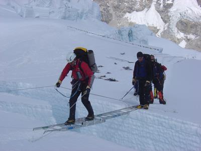 【写真】ルートが工作されていなければエベレスト登山は難しい。