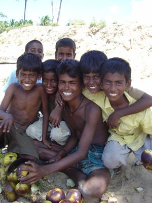 タリの実を売る少年たち