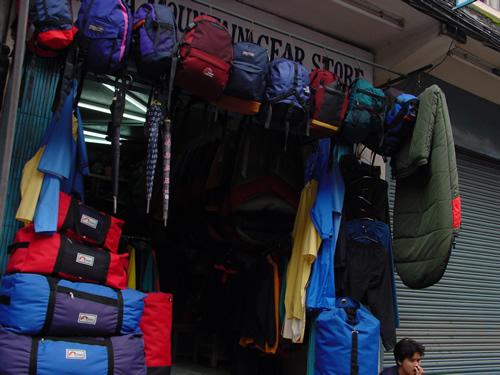 ネパールにあるt登山道具の店