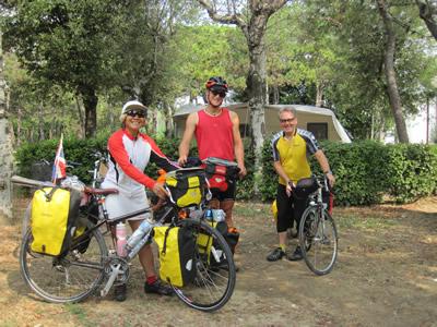 自転車で旅行する人々
