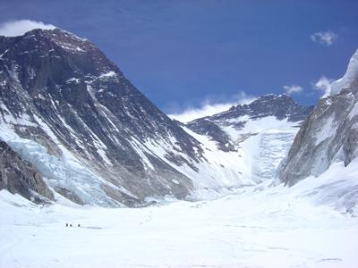 【写真】初心者でもエベレストは登れるか?(左がエベレスト)