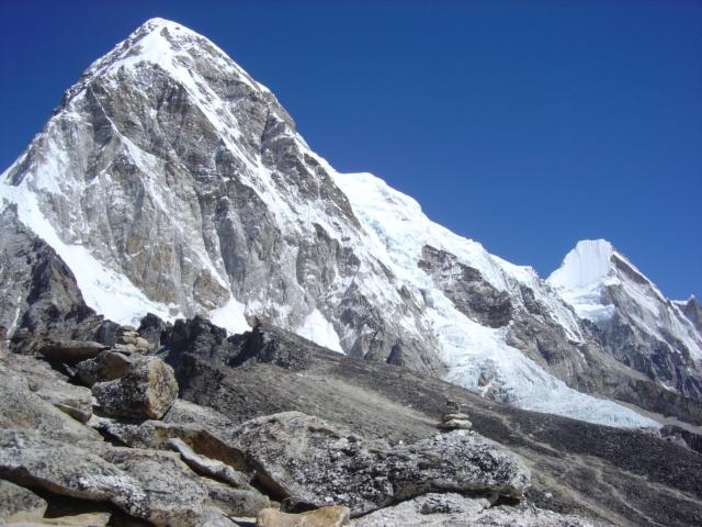 【写真】エベレストベースキャンプ背面にあるプモリ7161m