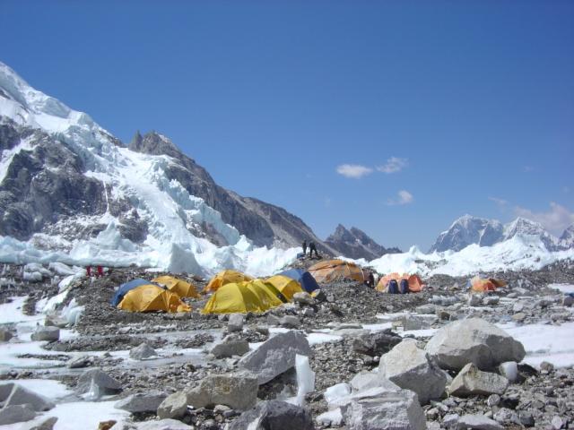 【写真】登山期ベースキャンプには色とりどりのテントが立ち並ぶ。
