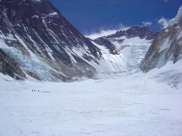 【写真】南東稜ルートと一緒のウェスタンクーム。左手に南西壁。奥にローツェフェイスが見えている。左中央部の黒い点が登山者。