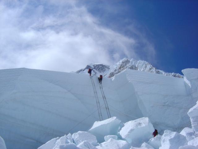 【写真】アイスフォール上部は氷塊が大きく、はしごを連結したもので超える。
