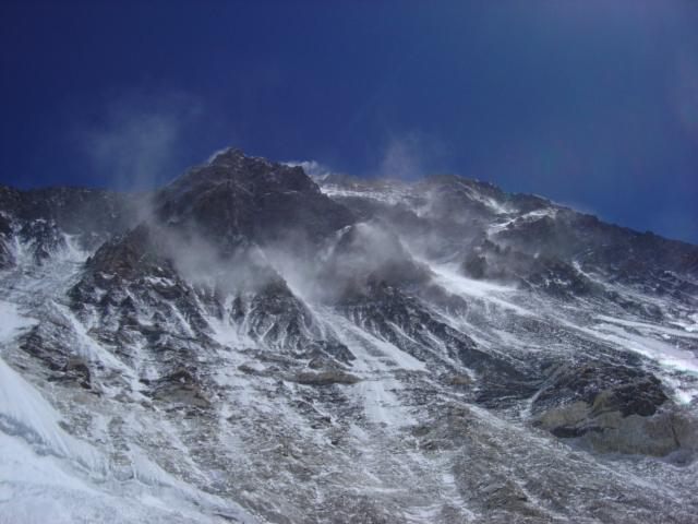 【写真】キャンプ2から見上げるエベレスト南西壁。