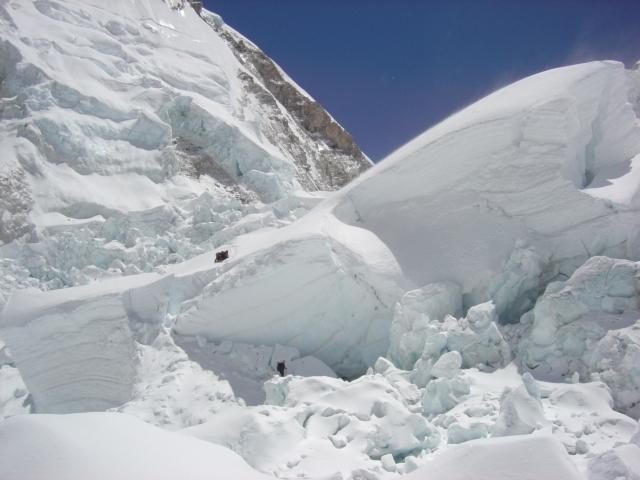 【写真】アイスフォールは氷塊が複雑に折り重なっている。