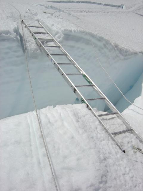 【写真】アイスフォールには氷の割れ目クレバスが多数ある。