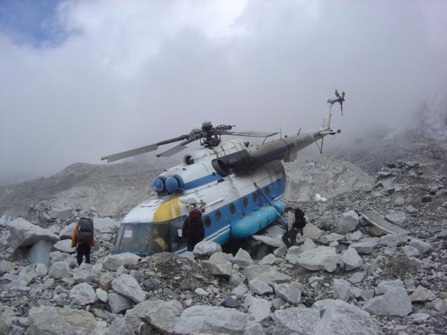 【写真】ベースキャンプ付近に墜落したヘリコプター