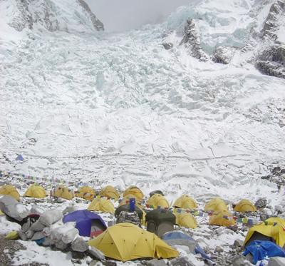 【写真】ベースキャンプには登山者以外にも多くの人が滞在している。