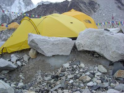 【写真】ベースキャンプのテントは氷河、その上に堆積した石、岩の上に張られる。