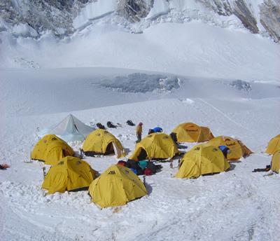 【写真】キャンプ1は雪上に設置。