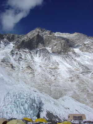 【写真】キャンプ2とエベレスト南西壁。