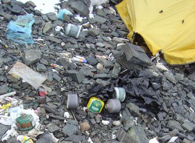 【写真】キャンプ4で撮影したゴミ。燃料の缶が多い。