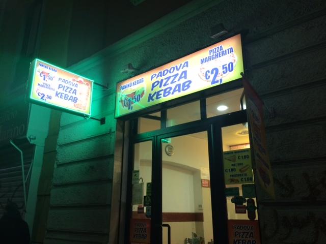 【写真】店の入り口にケバブ1.5ユーロの看板がある。