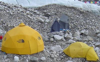 【写真】中央部、細長いテントがトイレテント。