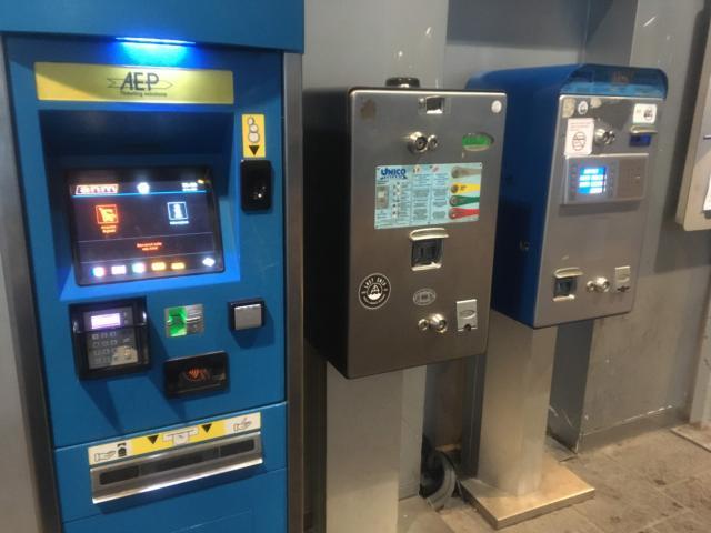 【写真】ナポリ地下鉄駅前に並ぶ自動発券機