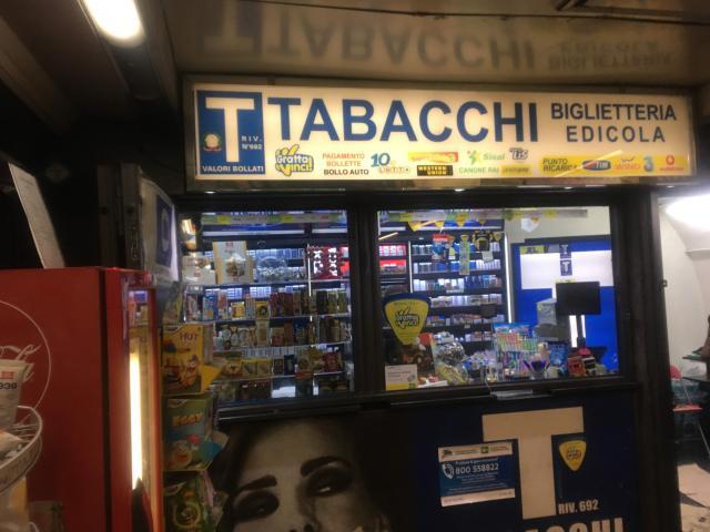 【写真】タバコ屋で地下鉄Linea1のチケットが購入できる