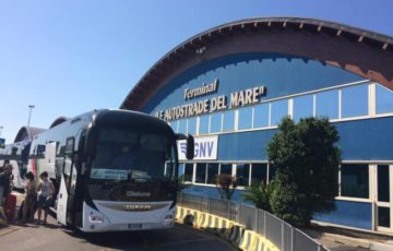 フェリーターミナルからは無料のシャトルバスが出ている